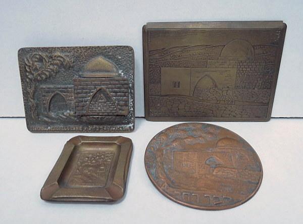 ארבעה פריטי מתכת עם תבליטים מראה קבר רחל