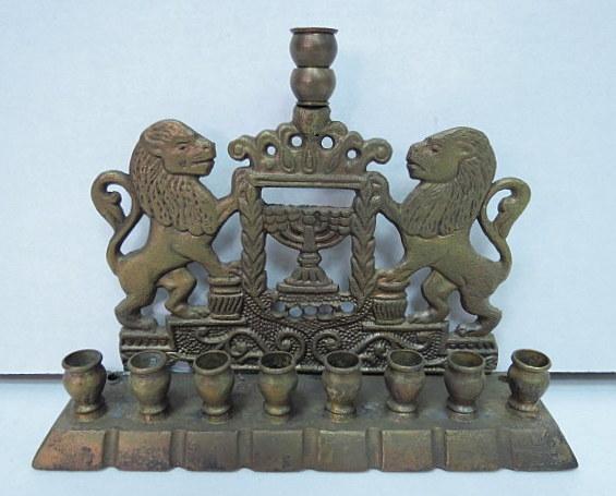 חנוכית פליז לנרות, גב עם אריות וסמל המדינה
