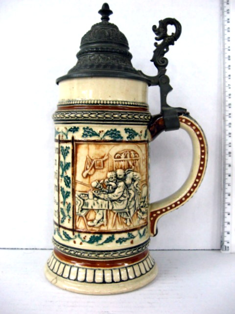 כוס בירה עשויה אבנית עם גלזורת מלח, מכסה פיוטר, נפח חצי ליטר, עבודת תבליט ופתגם גרמני
