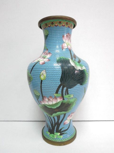 """אגרטל קלוזונה סיני, פרחים על רקע תכלת, גובה 38 ס""""מ"""