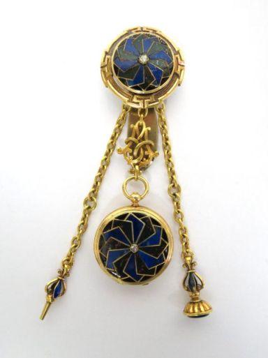 מתפס-מחזיק (שאטלן), עם שעון כיס תולה, חותם ומפתח לשעון, זהב 18K וכסף, עם עבודת שיבוץ לפיס והמטייט, תוצ Marret a Jarry Freres