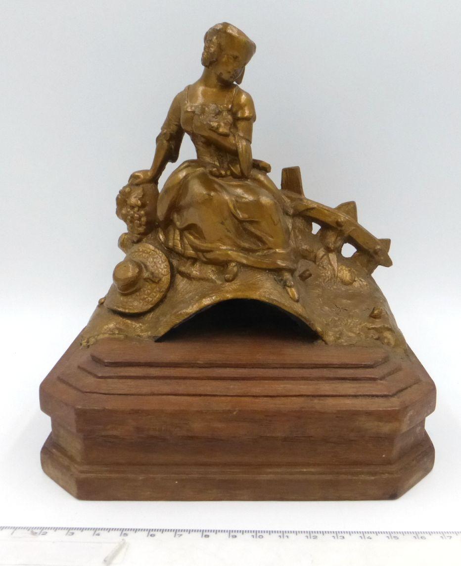 """פיגורת שפלטר על בסיס עץ אישה יושבת על גשר, בסיס 18X12, גובה פיגורה 15 ס""""מ"""