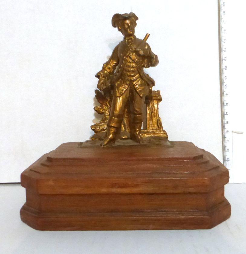 """פיגורת שפלטר על בסיס עץ צייד בתלבושת תקופתית, בסיס 18X2, גובה פיגורה 13 ס""""מ"""