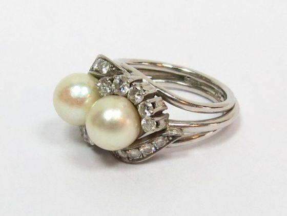 """טבעת זהב לבן 18K, עם שיבוץ שתי פנינים, כ""""א 8 מ""""מ ו-20 יהלומים ליטוש ישן (OMC), בין 3-12 נק', ס""""ה ב-1.5 ct, משקל 10.8 גרם, מידה 7"""