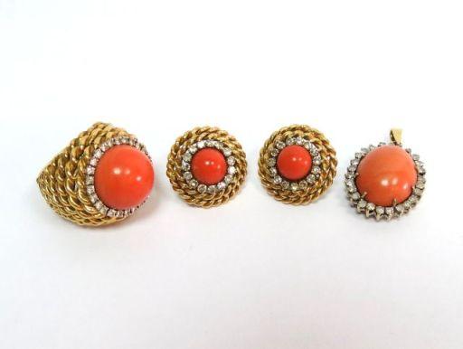 """מע' תכשיטי זהב 18K הכוללת: טבעת עם קורל קבושון ו-28 יהלומים 1-2 נק' כ""""א, תליון עם קורל קבושון ו-28 יהלומים 2-3 נק' כ""""א, וזוג עגילים, כ""""א עם קורל קבושון ו-16 יהלומים כ-2 נק' כ""""א, ס""""ה כ1.5 קראט יהלומים, סה""""כ  40.6 גרם"""