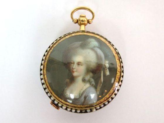 שעון כיס צרפתי, הקופסה זהב לוח אמייל, הגב עם ציור מיניאטורה דיוקן המלכה מארי אנטואנט, עם בזיל כפול של פניני בהרן