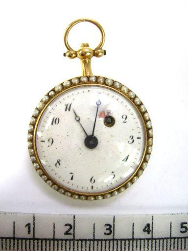 שעון כיס קופסה זהב עם פנינים ואמייל קובלט, לוח אמייל לבן , צרפת תחילת המאה ה19 מנגנון טעון תיקון, לאישה