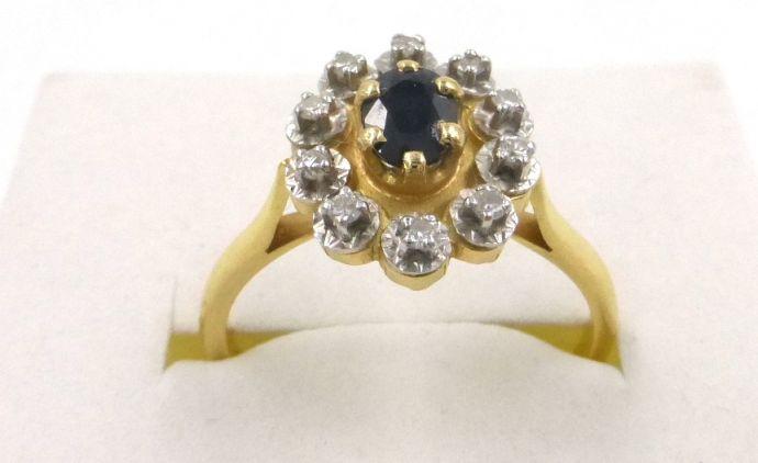 """טבעת זהב 18K, משובצת ב-10 יהלומים כ-1-1.5 נק' כ""""א, וספיר כחול כ-50 נק', סה""""כ 4 גרם"""