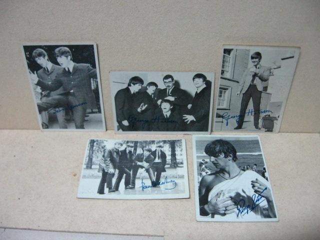 """חמישה כרטיסי אספנים של Beatles עם דוגמאות חתימה, חתומים, כ""""א כ-9X6 ס""""מ"""
