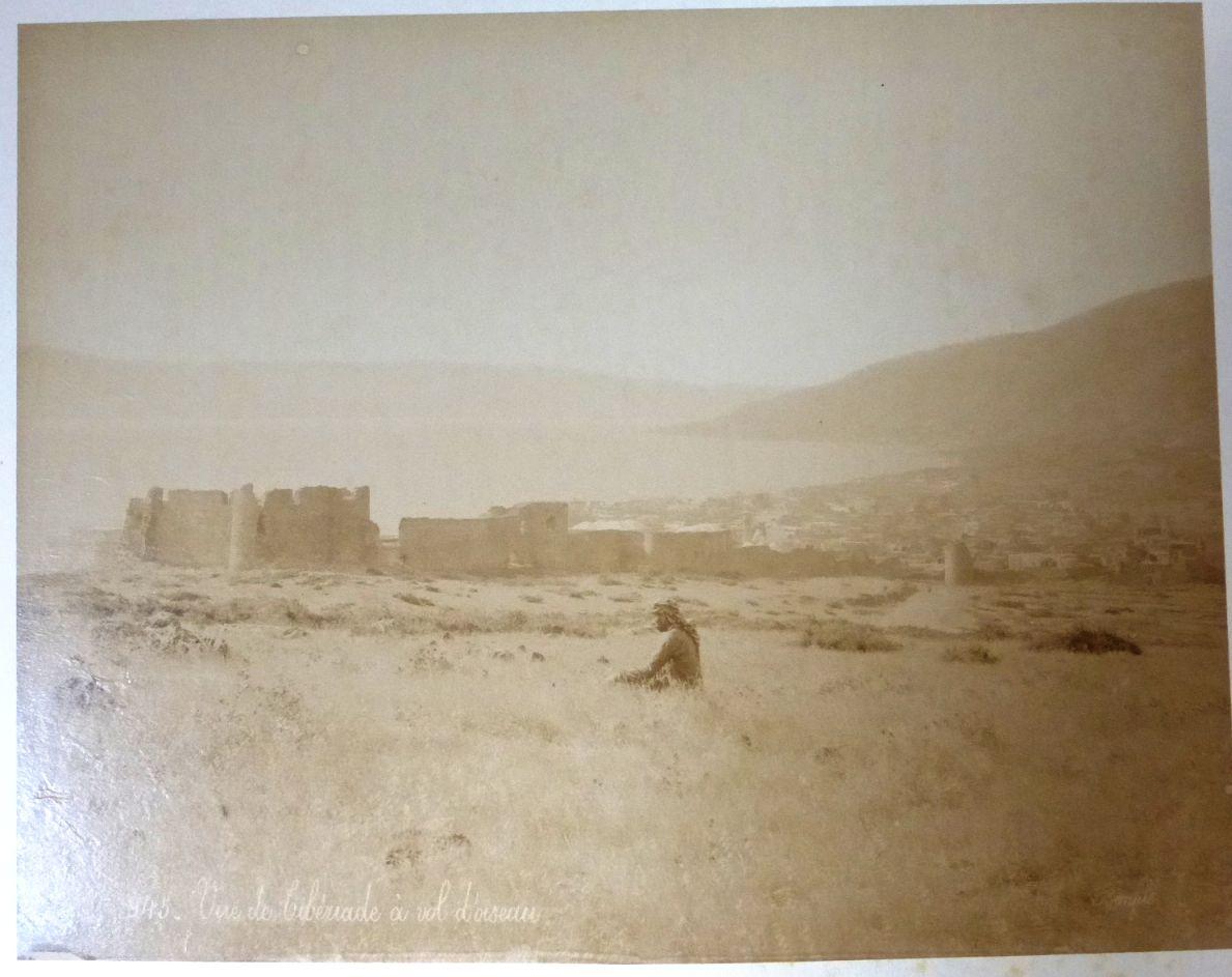 צילום קולודיון, מראה חומות טבריה מצפון, מס' 945, סביבות 1890, 22X28