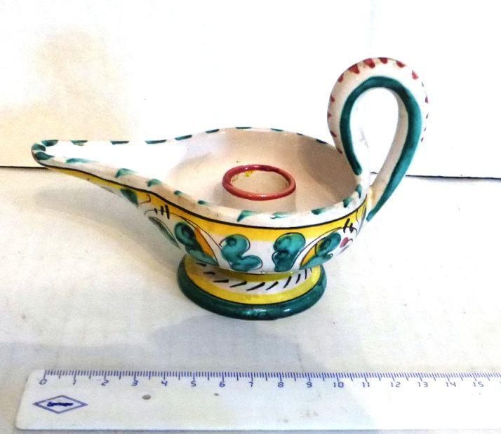 """פמוט קרמיקה מיוליקה תוצ L.R. Firence צורת מנורת שמן, גובה 10, אורך 15 ס""""מ"""
