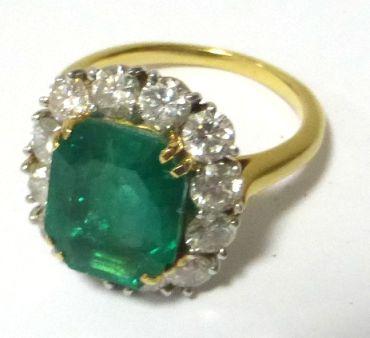"""טבעת זהב 18K משובצת באמרלד כ-6.2 ct, וכן ב-12 יהלומים ליטוש ישן, כ""""א כ-15 נק, ס""""ה 1.8ct"""