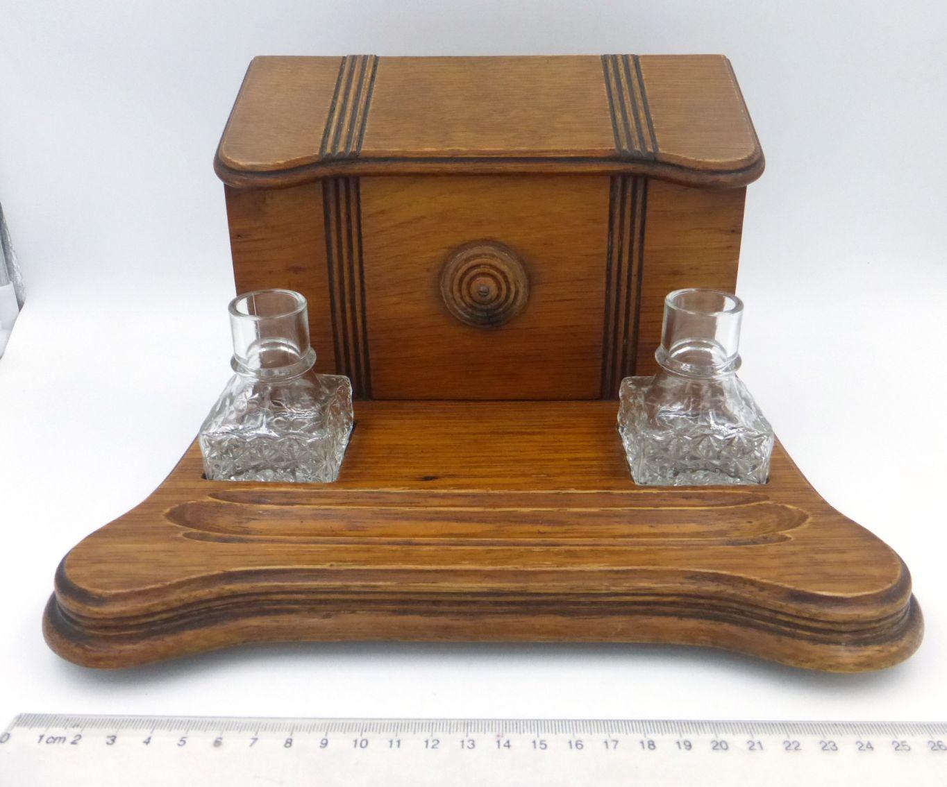 """מכתביה עשויה עץ, כוללת קסת דיו ומתקן למעטפות ונייר, עם בקבוק לדיו ובקבוק לחול עשויים זכוכית, 21X28 ס""""מ, גובה 17 ס""""מ"""