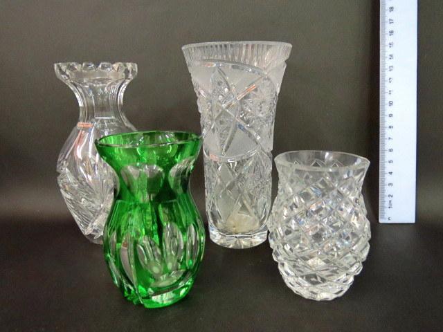 ארבעה אגרטלים קטנים, זכוכית קריסטל מלוטש שלושה שקופים, ואחד ירוק