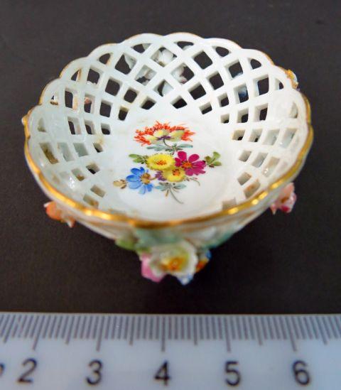 סלסלת פורצלן מיניאטורית תוצ Meissen, חתום, עם תבליטי פרחים