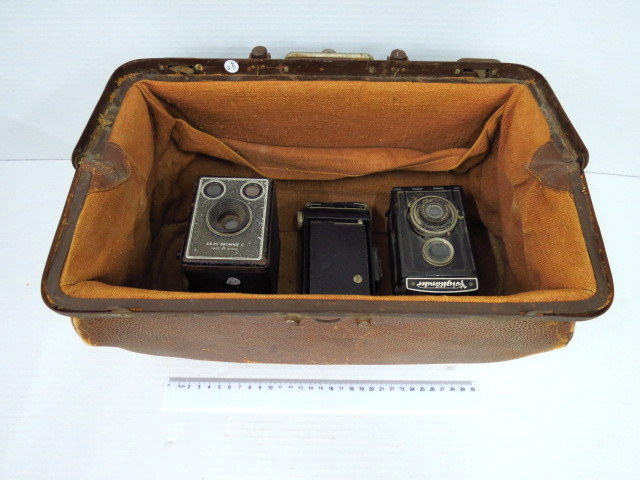 תיק עור ישן (תיק רופא) מכיל שלוש מצלמות פילם ישנות, תחילת המאה ה20