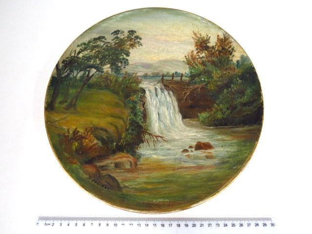צלחת פורצלן עם ציור נוף, מפל מים חתום J. Volinov