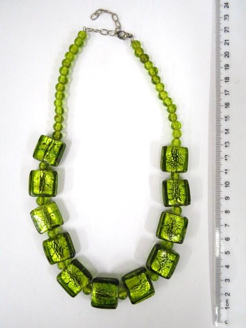 מחרוזת חרוזי זכוכית ירוקים עם עלי זהב