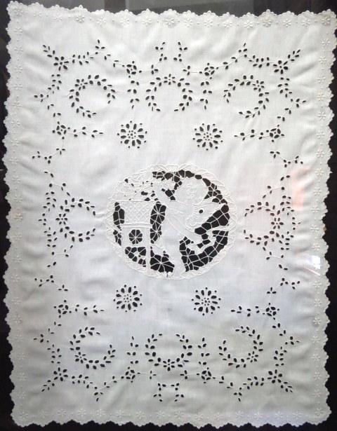 עבודת רקמה על פשתן לבן, אירופה המאה ה19, עם מלאך במרכז