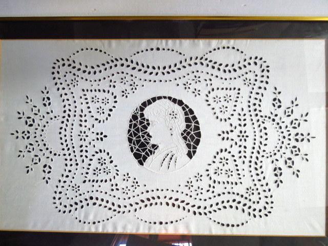 עבודת רקמה על פשתן לבן, אירופה המאה ה19, עם דיוקן אישה במרכז