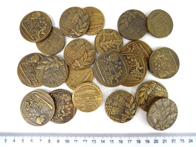 """עשרים ואחת """"מדליות"""" מבית היציקה של משה גולדפרב"""