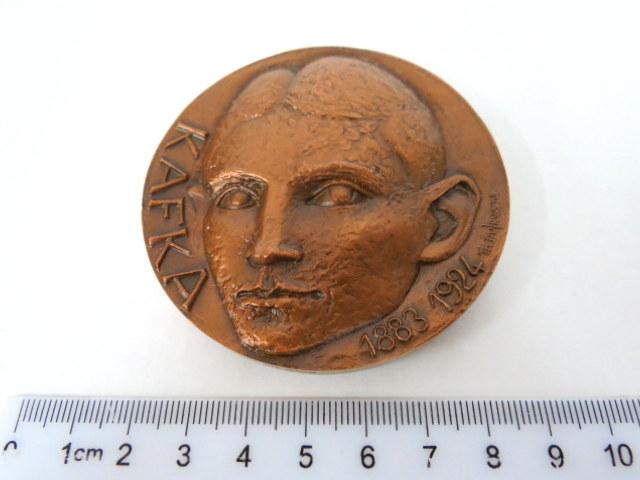 מדלית ברונזה לזכר הסופר Franz Kafka 1883-1924