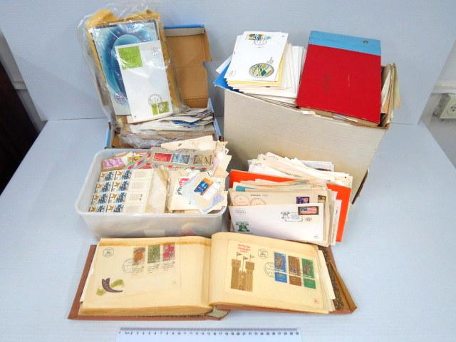 ארגז עם מעטפות שנשלחו בדואר יום הופעת הבול, בולים בתפזורת בעיקר ישראלים
