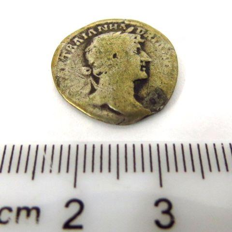 """מטבע כסף רומי ע""""ס דינר שלטון הדריאנוס, 117-135 לספירה (שחוק)"""