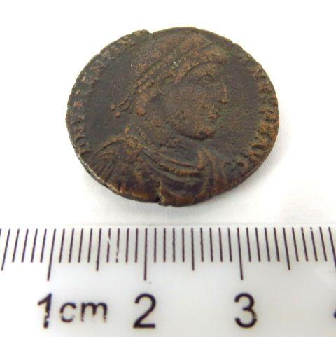 """מטבע ברונזה רומי ע""""ס אס שלטון ולנטינוס הראשון, 364-375 לספירה, פנים: דיוקן הקיסר, גב: הקיסר עומד , מצב VF נדיר"""