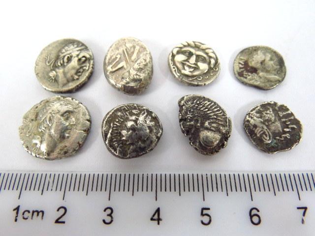 """שמונה מטבעות כסף, תקופה הלניסטית, מאה שלישית לפנה""""ס, ערכים סיגלוס וחצי סיגלוס, אזור אסיה הקטנה ויוון"""