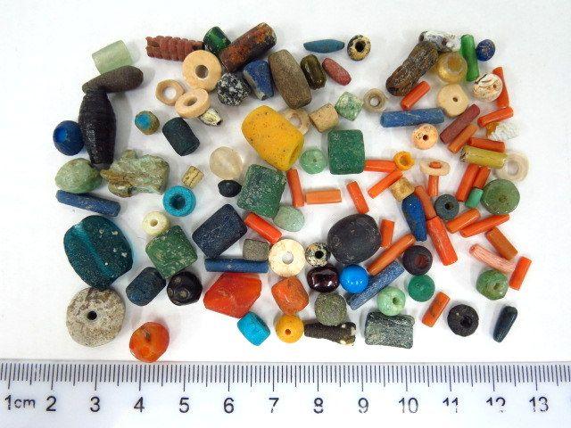 """לוט של חרוזים עתיקים, תקופות שונות , צורות שונות, ס""""ה כ-35 גרם, מצבים XF"""