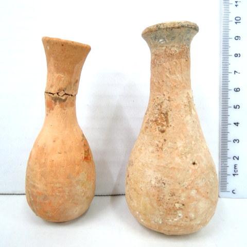 שני בקבוקוני טרה קוטה רומיים, גוון לבנבן, תיקונים קלים