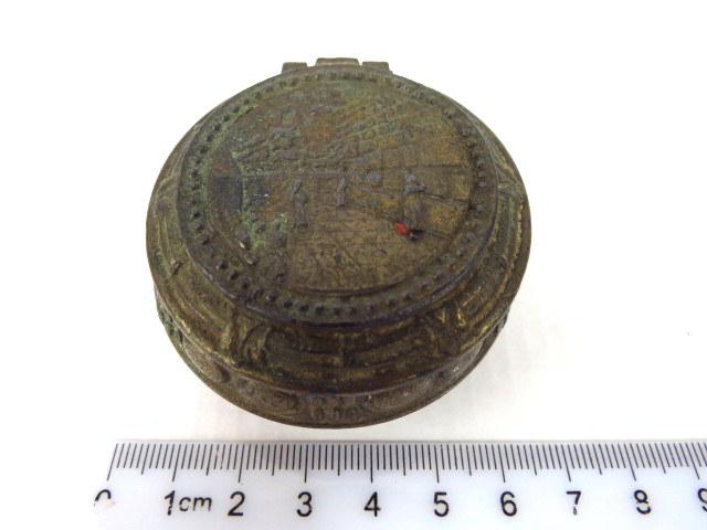 """קופסת תכשיטים קטנה עשויה שפלטר עם תבליט מראה הכותל המערבי על המכסה, א""""י, שנות ה20"""