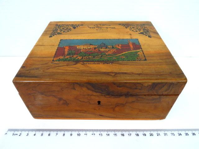 """קופסת תכשיטים מעץ זית, על המכסה ציור ירושלים העתיקה וכיתוב """"מזכרת ארץ ישראל, ירושלם Jerusalem"""