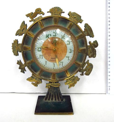 שעון מדף מנגנון Idox, ישראל הקופסה מפליז עם ציפוי ירוק, גלגל השעון מוקף סמלי 12 השבטים. שעונים אלו נתנו לקונים של טלויזיות פיילוט בישראל, תחילת שנות ה70