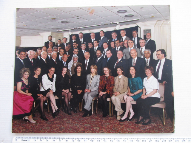 צילום נציגי דיוני שלום: שמעון פרס, יאסר ערפאת, וחברי המשלחות הישראלית, הפלשתינאית והאמריקאית