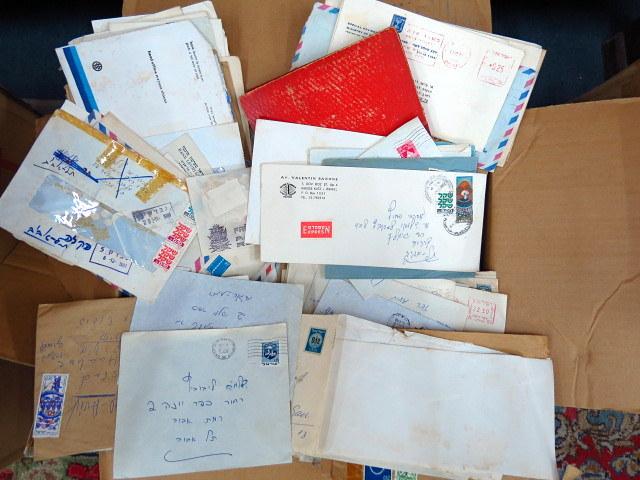 ארגז עם מעטפות ישראליות שנשלחו בדואר, ומסמכים שונים