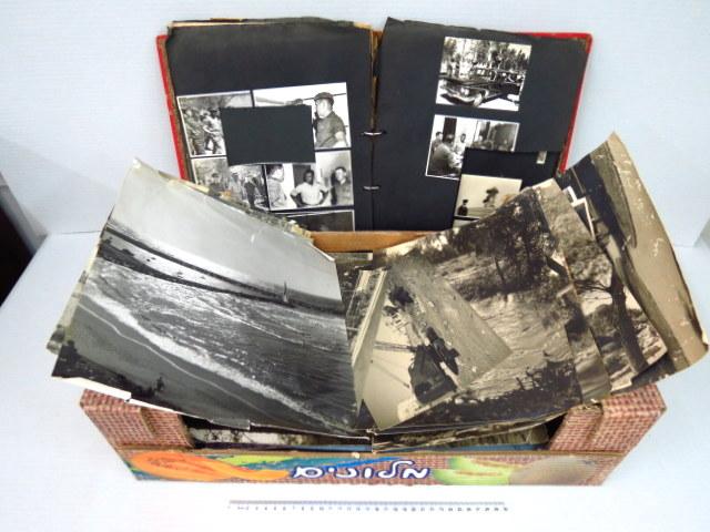"""לוט צילומים ומסמכים של אלוף משנה מוטה גור כולל שני אלבומים מפורקים, מכתב מינוי חתום ע""""י רב אלוף יצחק רבין ועוד"""