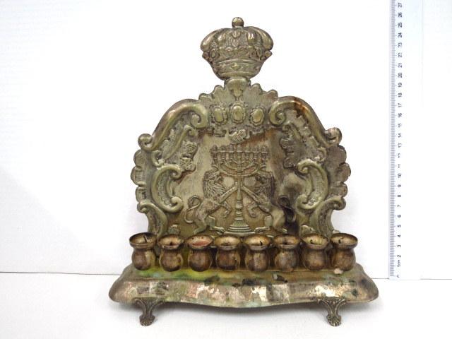 חנוכית גב לנרות, דוגמת פולין הגב עם אריות מחזיקים מנורה וכתב תורה, (שמש חסר)