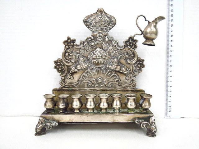 חנוכית גב לנרות, כסף 835, פולין גב עם כתר תורה ואריות, חסר שמש
