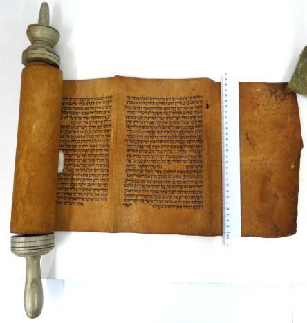 """מגילת אסתר עתיקה, כתב יד תימני ע""""ג גוויל, ידית עץ מהתקופה, גובה קלף 27 ס""""מ, גובה כתב 20 ס""""מ"""