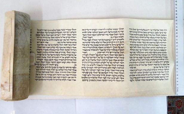 """מגילת אסתר כתובה ביד ע""""ג קלף מגילת """"המלך"""", גובה הקלף 24 ס""""מ, גובה כתב 16 ס""""מ, 16 שורות"""