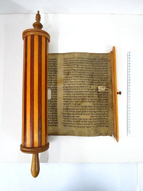 """מגילת אסתר עתיקה, כתב יד ע""""ג קלף, המאה ה17-18, תיקונים בכתב ובקלף, קופסת עץ יפה (חדשה)"""