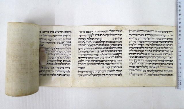 """מגילת אסתר כתובה ביד ע""""ג קלף גובה הקלף 14.5 ס""""מ, גובה הכתב 11.1 ס""""מ, 14 שורות"""