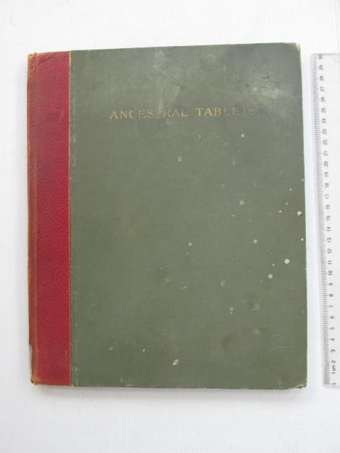 ספר כתוב במכונת כתיבה Ancestral Tables עם לוחות אילנות יוחסין של מספר משפחות קרובות זו לזו (חלקן משפחות יהודיות וחלקן נוצריות)