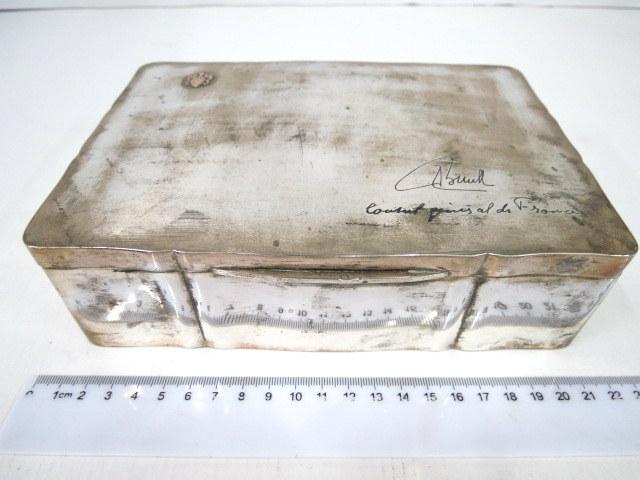 קופסת סיגריות גדולה, עץ רוזווד עם חיפוי כסף, עם הקדשה של קונסול צרפת