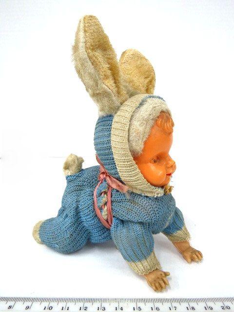 בובה מכנית, תינוק זוחל בתלבושת ארנבת, טעון תיקון