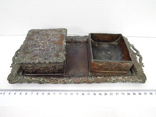 סט כלים לעישון, כולל קופסה לסיגריות, מאפרה, ומגש נחושת עם עבודת בלט אר-נובו