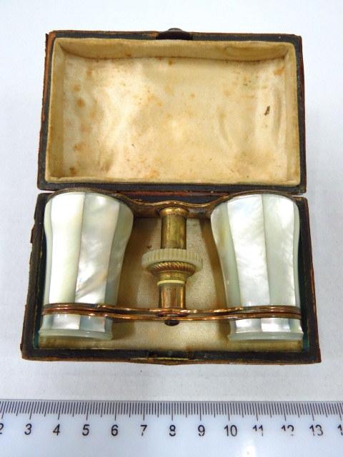 משקפת אופרה, פליז, עם ציפוי צדף בקופסה מצופה עור