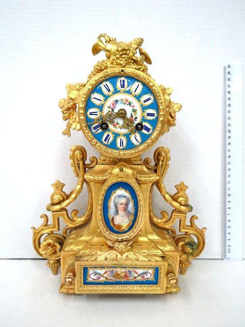 שעון מדף צרפתי, ברונזה מוזהבת עם שילוב פורצלן מצוייר ביד